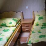 jedna z trzech sypialni w domku letniskowym 7-osobowym