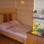 jedno duże łóżko w domku 5-osobowym